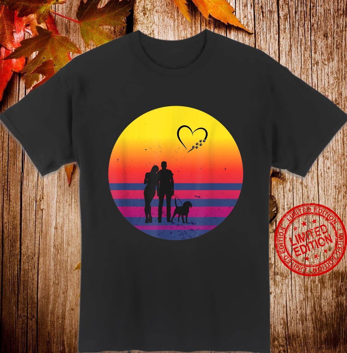 Sonnenuntergang Paar mit Hund Shirt